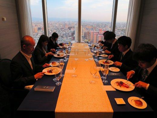 大阪マリオット都ホテルにおいてテーブルマナー研修を実施